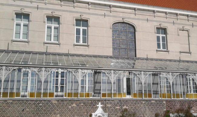 Illustratie of afbeelding op qualiglas.be van realisatie in glaswerk: serre in psychiatrisch ziekenhuis in Menen.
