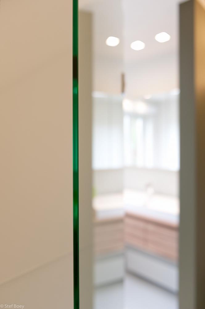 Illustratie of afbeelding op qualiglas.be van realisatie in glaswerk: renovatie van badkamer – glazen douchedeur, glazen wanden en spiegels plaatsen.