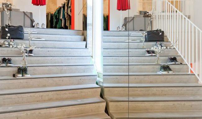 Illustratie of afbeelding op qualiglas.be van realisatie in glaswerk langs trappen in kledingzaak Twiggy in Gent.