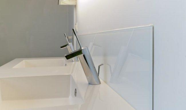 Illustratie of afbeelding op qualiglas.be van realisatie in glaswerk: renovatie van badkamer – glazen spatwand en douchewand plaatsen.