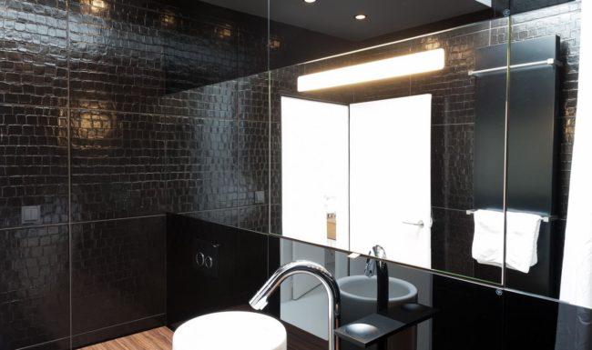 Illustratie of afbeelding op qualiglas.be van realisatie in glaswerk: renovatie van badkamer – spiegels plaatsen.